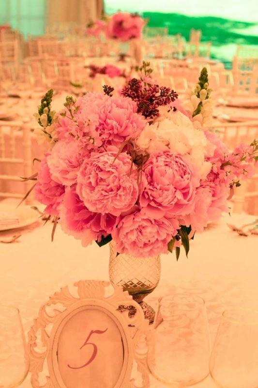 decor floral cu bujori si vaze zara argintii, numar de masa in rama vintage - Moood Giuvaere Florale 1